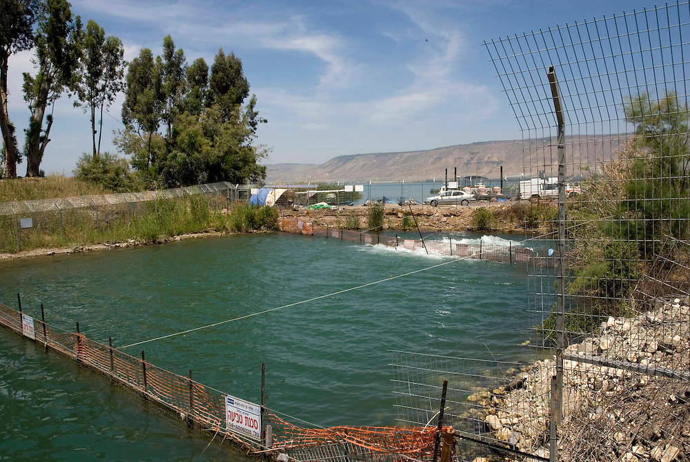 Point de sortie du Jourdain du Lac de Tibériade. Le niveau de l'eau a tellement baissé qu'une station de pompage a été installé pour maintenir l'écoulement du fleuve. Israël, mai 2011