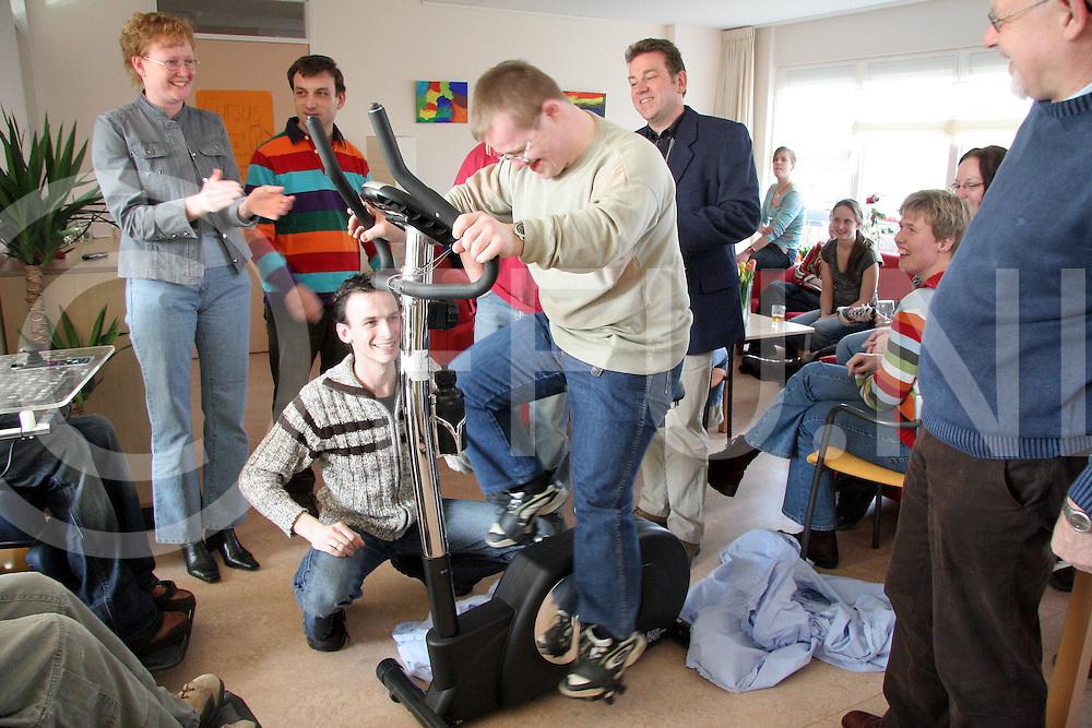 060322, ommen, ned,<br /> Woonvorm van gehandicapte kinderen krijgt 600 euro van gehandicaptenorganisatie Oog,<br /> foto: Arja Visser probeert alvast de hometrainer uit,<br /> fotografie frank uijlenbroek&copy;2006 monique kruizinga