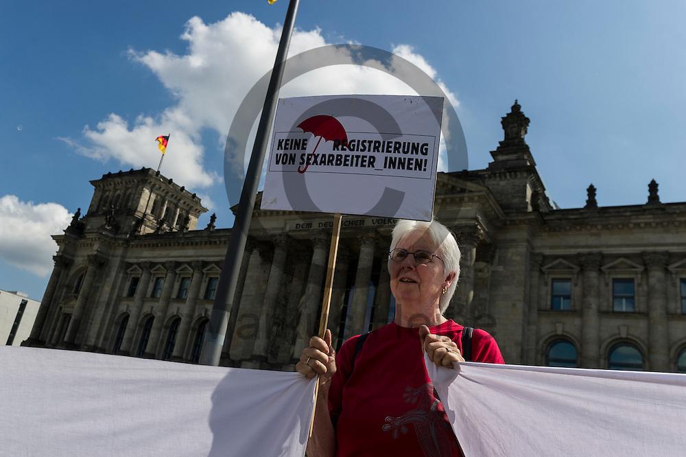 &quot;Keine Registrierung von Sexarbeiter_innen&quot; steht w&auml;hrend des Protest von Sexworkern am 02.06.2016 vor dem Bundestag in Berlin, Deutschland auf dem Schild einer Demonstrantin. Mitarbeiter/innen aus dem Sexgewerbe Demonstrierten und der Motto &quot;Mein K&ouml;rper - Mein Bettlaken - Mein Arbeitsplatz&quot; gegen das gegen das Prostituiertenschutzgesetz das heute im Bundestag verhandelt wird. Foto: Markus Heine / heineimaging<br /> <br /> ------------------------------<br /> <br /> Ver&ouml;ffentlichung nur mit Fotografennennung, sowie gegen Honorar und Belegexemplar.<br /> <br /> Bankverbindung:<br /> IBAN: DE65660908000004437497<br /> BIC CODE: GENODE61BBB<br /> Badische Beamten Bank Karlsruhe<br /> <br /> USt-IdNr: DE291853306<br /> <br /> Please note:<br /> All rights reserved! Don't publish without copyright!<br /> <br /> Stand: 06.2016<br /> <br /> ------------------------------w&auml;hrend des Protest von Sexworkern am 02.06.2016 vor dem Bundestag in Berlin, Deutschland. Mitarbeiter/innen aus dem Sexgewerbe Demonstrierten und der Motto &quot;Mein K&ouml;rper - Mein Bettlaken - Mein Arbeitsplatz&quot; gegen das gegen das Prostituiertenschutzgesetz das heute im Bundestag verhandelt wird. Foto: Markus Heine / heineimaging<br /> <br /> ------------------------------<br /> <br /> Ver&ouml;ffentlichung nur mit Fotografennennung, sowie gegen Honorar und Belegexemplar.<br /> <br /> Bankverbindung:<br /> IBAN: DE65660908000004437497<br /> BIC CODE: GENODE61BBB<br /> Badische Beamten Bank Karlsruhe<br /> <br /> USt-IdNr: DE291853306<br /> <br /> Please note:<br /> All rights reserved! Don't publish without copyright!<br /> <br /> Stand: 06.2016<br /> <br /> ------------------------------