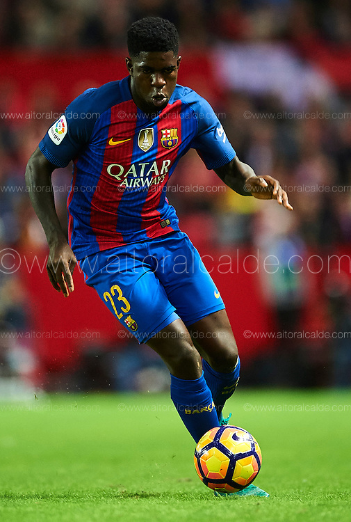 SEVILLE, SPAIN - NOVEMBER 06:  Samuel Umtiti of FC Barcelona in action during the match between Sevilla FC vs FC Barcelona as part of La Liga at Ramon Sanchez Pizjuan Stadium on November 6, 2016 in Seville, Spain.  (Photo by Aitor Alcalde/Getty Images)
