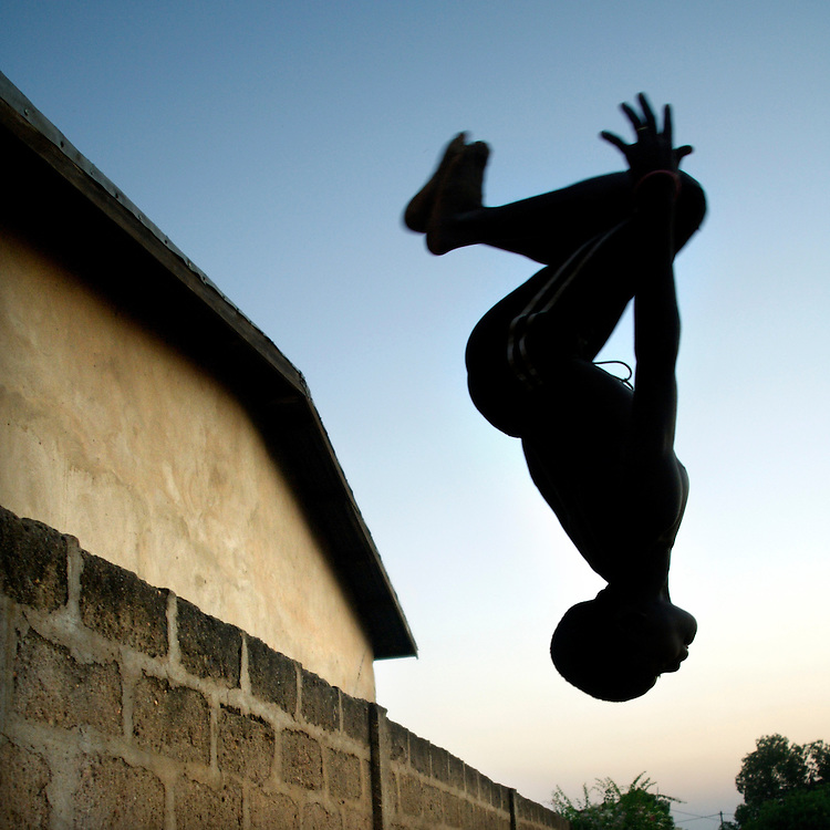 Natitingou November 2006 - A Beninese chil does a jump in the street © Jean-Michel Clajot