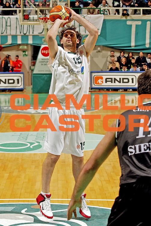 DESCRIZIONE : Siena Eurolega 2005-06 Montepaschi Siena Unicaja Malaga <br /> GIOCATORE : Garbajosa<br /> SQUADRA : Unicaja Malaga <br /> EVENTO : Eurolega 2005-2006<br /> GARA : Montepaschi Siena Unicaja Malaga <br /> DATA : 19/01/2006<br /> CATEGORIA : Tiro<br /> SPORT : Pallacanestro<br /> AUTORE : Agenzia Ciamillo-Castoria/E.Pozzo<br /> Galleria : Eurolega 2005-2006<br /> Fotonotizia : Siena Eurolega 2005-2006 Montepaschi Siena Unicaja Malaga <br /> Predefinita :