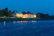 Schloss Pillnitz an der Elbe bei Dämmerung, Pillnitz, Dresden, Sächsische Schweiz, Elbsandsteingebirge, Sachsen, Deutschland | Pillnitz Castle on river Elbe at dusk, Pillnitz, Dresden, Saxon Switzerland, Saxony, Germany