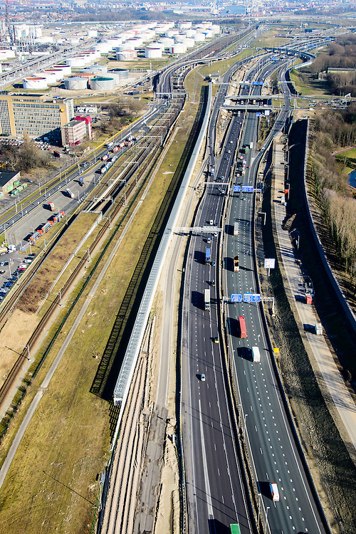Nederland, Zuid-Holland, Rotterdam, 18-02-2015. A15 ter hoogte van Hoogvliet en Pernis. De constructie direct naast de snelweg is het nieuwe leidingenviaduct, aangelegd omdat er geen ruimte voor uitbreiding van de leidingstrook in de ondergrond is.<br /> Motorway A5, hinterland connection. Next to the motorway the pipeline overpass, recently build because of lack of space in the ground.<br /> luchtfoto (toeslag op standard tarieven);<br /> aerial photo (additional fee required);<br /> copyright foto/photo Siebe Swart
