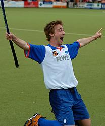 05-06-2005 HOCKEY: FINALE PLAYOFFS: BLOEMENDAAL-ORANJE ZWART: BLOEMENDAAL<br /> De hockeyers van Oranje Zwart zijn voor het eerst in hun bestaan landskampioen geworden. De Eindhovense club klopte Bloemendaal in het beslissende play-off-duel met 3-1 / <br /> Rob Reckers<br /> ©2005-WWW.FOTOHOOGENDOORN.NL