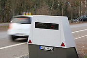 Ludwigshafen. 08.02.17 | BILD- ID 021 |<br /> Erzbergerstraße. Verkehrsüberwachung durch einen mobilen Blitzer. Ein Messeinheit auf einem Anhänger. Enforcement Trailer. Der ENFORCEMENT TRAILER ist mit einer unabhängigen Stromversorgung auf Basis von Hochleistungsbatterien ausgestattet, die einen ununterbrochenen Messbetrieb über fünf Tage ermöglicht. Um den Messbetrieb zu verlängern, lassen sich die eingesetzten Akkumulatoren vor Ort einfach tauschen. Zum Einsatz kommt dabei VITRONICs POLISCAN SPEED LIDAR-Messtechnik. Mit der Laser-Geschwindigkeitsmessung können alle Fahrzeuge über mehrere Spuren hinweg gleichzeitig erfasst werden.<br /> Bild: Markus Proßwitz 08FEB17 / masterpress (No Modelrelease!)