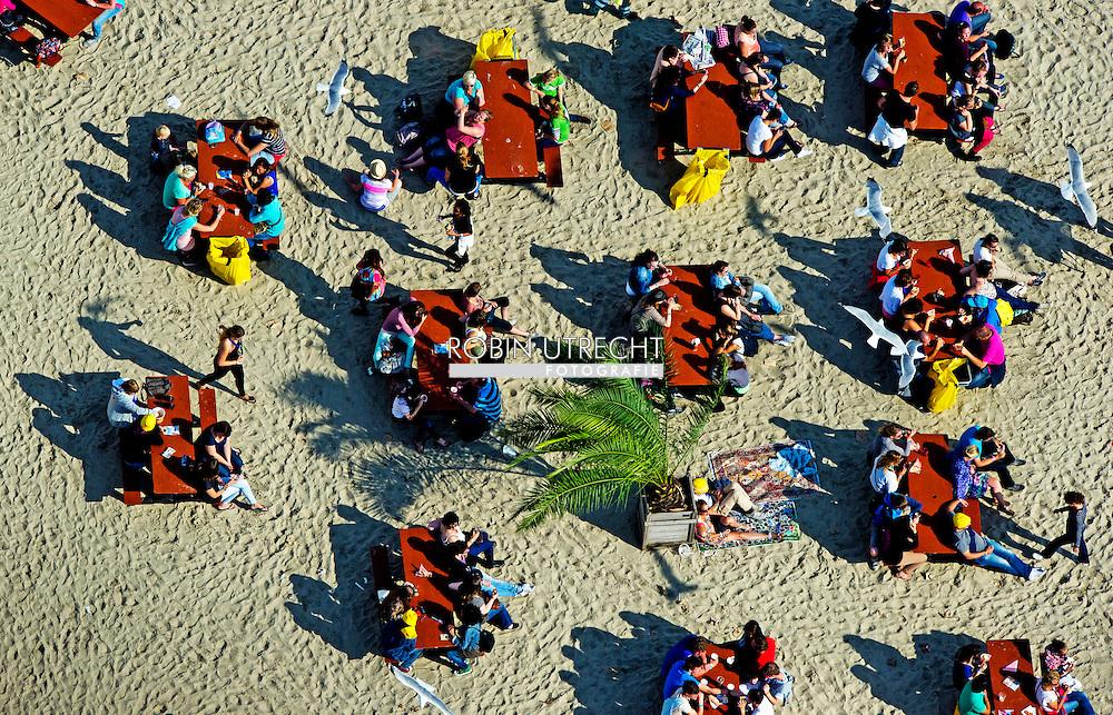 Impressie van het Zeeuwse festival Concert at Sea vanuit de lucht, gemaakt door ANP-fotograaf Robin Utrecht. Tijdens het tweedaagse muziekfestijn op de Brouwersdam zijn er optredens van Go Back to the Zoo, Ilse DeLange, VanVelzen en Golden Earring. Organisator Bløf sluit het festival zelf af.