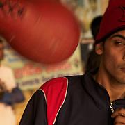 Un éléve du Bhiwani Boxing Club se dispute avec un punching-ball, pendant l'entraînement dans la cour du complexe