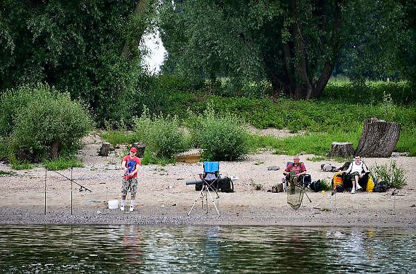 Nederland, Slijk-Ewijk, 8-6-2014Serie beelden mbt recreatie langs de rivier de Waal en de waterkant. Vissers vissen met hengels.Foto: Flip Franssen/Hollandse Hoogte