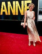 AMSTERDAM - Lisa Sips op de rode loper voorafgaand aan de premiere van de theatervoorstelling ANNE. COPYRIGHT ROBIN UTRECHT