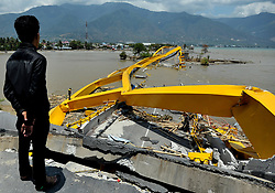 October 2, 2018 - Central Sulawesi, Palu, Indonesia - Palu residents stand near on the Palu Bridge, which collapsed in the recent earthquake and tsunami, near Talise Beach in Palu, Central Sulawesi, Indonesia. According to reports, at least 844 people have died as a result of a series of powerful earthquakes that hit central Sulawesi on 28 September 2018 that triggered a tsunami. Dasril Roszandi  (Credit Image: © Dasril Roszandi/NurPhoto/ZUMA Press)