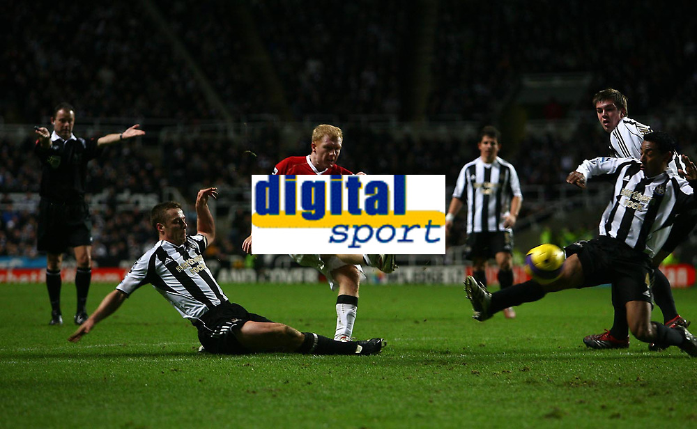 Photo: Andrew Unwin.<br /> Newcastle United v Manchester United. The Barclays Premiership. 01/01/2007.<br /> Manchester United's Paul Scholes (C) equalises for his team.