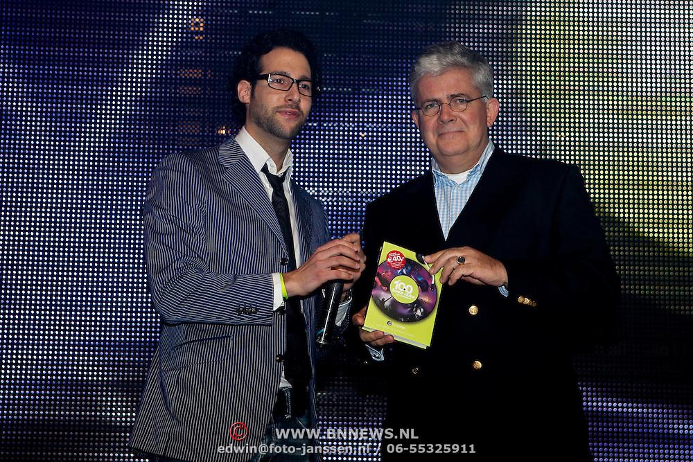 """NLD/Amsterdam/20100308 - Boekpresentatie """" De 100 Beste Clubs van Nederland"""" , overhandiging aan directeur Horeca Nederland"""