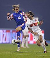 Fussball International, Nationalmannschaft   EURO 2012 Play Off, Qualifikation, Kroatien - Tuerkei       15.11.2011 Luka Modric (li, Kroatien) gegen Hamit Altintop (Tuerkei)