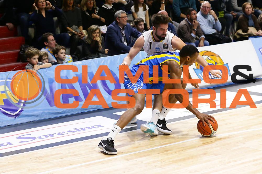 Mian Fabio, Dominique Archie<br /> Vanoli Cremona - Betaland Capo D Orlando<br /> Lega Basket Serie A 2016/2017<br /> Cremona 12/03//2017<br /> Foto Ciamillo-Castoria / M. Brondi