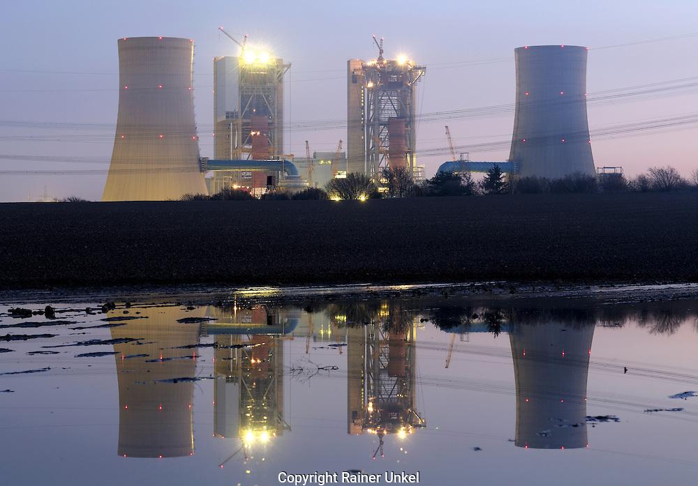 DEU, DEUTSCHLAND : Die Baustelle fuer das neue Kohlekraftwerk Neurath der RWE AG spiegelt sich in einer Pfuetze . / Spiegelungen / Reflektionen / Kraftwerksneubau / Neubau.   |DEU, GERMANY : The construction site of the new coal power plant Neurath of RWE AG reflecting in a puddle / Reflections|.   18.03.2009.      Copyright by : Rainer UNKEL , Tel.: (0)228/477211, Fax: (0)228/477212