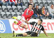 Benfica's player Raúl (L ) fights for the ball with Nacional´s player Soares   (R ) during Portuguese First League football match Nacional vs Benfica  held at Madeira Stadium, Funchal, 11 January 2016.  LUSA / GREGORIO CUNHA