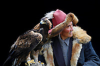 Mongolie. Province de Bayan Olgii. Chasseur Kazakh avec son aigle. // Mongolia. Bayan Olgii province. Kazakh hunter with eagle.