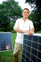 Fábio Rosa, engenheiro agrônomo de formação, criou e dirige o Instituto para o Desenvolvimento de Energias Alternativas e de Auto Sustentabilidade (Ideaas) ONG criada em 1997, em Porto Alegre, que se dedica a levar energia limpa, e barata, a famílias de baixa renda. Foto: Jefferson Bernardes/Preview.com