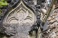 Adam<br />La chapelle de Bethl&eacute;em est une chapelle vou&eacute;e au culte catholique romain, situ&eacute;e &agrave; St Jean de Boiseau, en Loire-Atlantique.<br /> Le monument est construit au XVe&nbsp;si&egrave;cle, mais c&lsquo;est sa r&eacute;novation en 1995 qui le fait passer &agrave; la post&eacute;rit&eacute;.  Restaur&eacute;e par le sculpteur Jean-Louis Boistel,qui reprend  les codes de la&nbsp;mythologie, du&nbsp;christianisme et de l'&eacute;poque contemporaine, la chapelle se pare de sculptures pour le moins surprenantes :  gremlins, aliens et m&ecirc;me Goldorak.<br /> L&rsquo;origine sacr&eacute;e du lieu vient de la pr&eacute;sence d&lsquo;une source, aupr&egrave;s de laquelle, initialement, le&nbsp;druidisme&nbsp;cr&eacute;e une c&eacute;r&eacute;monie &agrave;&nbsp;Beltane, afin de c&eacute;l&eacute;brer la f&eacute;condit&eacute;. <br /> Les chim&egrave;res sont les suivantes&nbsp;:<br /> - pinacle&nbsp;nord-ouest, dit de l&lsquo;&acirc;me &laquo;&nbsp;l&lsquo;Homme&nbsp;&raquo;:<br /> &bull;un&nbsp;sanglier&nbsp;(traque du spirituel)<br /> &bull;un&nbsp;centaure&nbsp;(conflits entre instinct et raison)<br /> &bull;Sainte Anne&nbsp;a l&lsquo;ancre (fermet&eacute;, solidit&eacute;, tranquillit&eacute;, fid&eacute;lit&eacute;)<br /> &bull;Adam&nbsp;<br /> - l&rsquo;archivolte, pr&eacute;sentant l&rsquo;arbre de vie<br /> - pinacle&nbsp;ouest, dit de l&lsquo;&acirc;me &laquo;&nbsp;la Femme&nbsp;&raquo;:<br /> &bull;&Egrave;ve<br /> &bull;une&nbsp;triade&nbsp;(Alma,&nbsp;Dahud&nbsp;et&nbsp;Malgwen)<br /> &bull;une&nbsp;sir&egrave;ne&nbsp;(luxure)<br /> &bull;un&nbsp;serpent&nbsp;(le fantasme et le myst&egrave;re)&nbsp;<br /> - pinacle&nbsp;sud-ouest, dit de l&lsquo;inconscient<br /> &bull;Goldorak&nbsp;(droiture, chevalier des temps modernes)<br /> &bull;un&nbsp;Gremlin&nbsp;(mauvais monstre de l&lsquo;homme)<br /> &bull;Gizmo&nbsp;(bon monstre qu&lsquo;est l&lsquo;homme)<br /> &bull;l&lsquo;ironie&nbsp;(arrogance de l&lsquo;homme)&nbsp;<br /> - p
