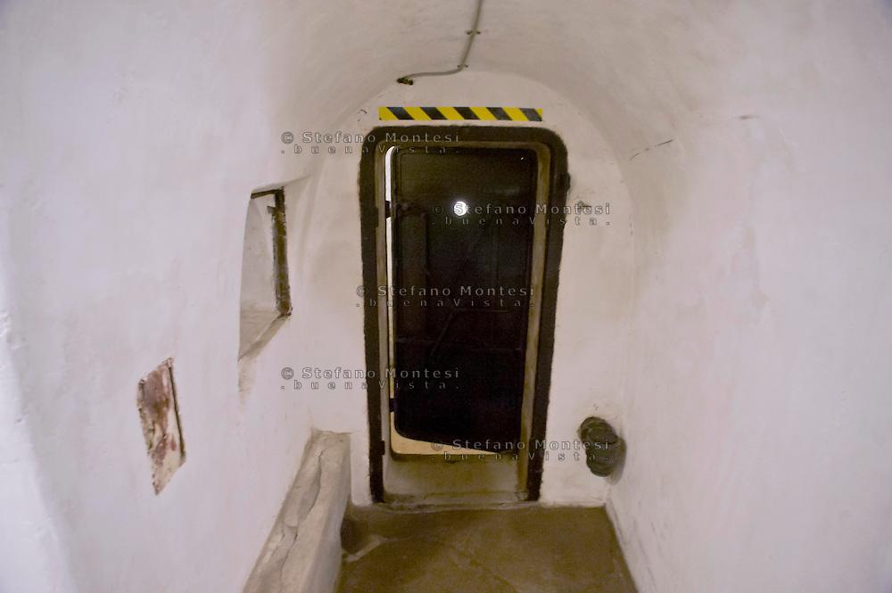 Roma 25 Ottobre 2014<br /> Aperti al pubblico i bunker segreti, costruiti tra il 1942 e il 1943,dove Benito  Mussolini e la sua famiglia cercava rifugio dai bombardamenti degli alleati nella residenza privata di Villa Torlonia. Nella foto: Il rifugio cantina, il prima ambiente adibito a rifugio antiaereo, attrezzato  intorno alla metà del 1940,  fu dotato di doppie porte blindate e di ,un sistema antigas di filtraggio, e rigenerazione dell'aria, che veniva azionato a manovella,  un gabinetto, un telefono con linea diretta ad uso di Mussolini.<br /> Open to the public the secret bunkers built between 1942 and 1943, where Benito Mussolini and his family sought refuge from Allied bombing in the private residence of Villa Torlonia. <br /> Pictured: The cellar shelter,  the first air-raid shelter,built around the middle of 1940, was equipped with double doors armored  and a gas filtering system and regeneration air , that was operated crank, a toilet, a direct dial telephone for use by Mussolini.