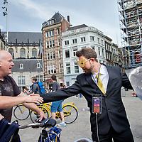 Nederland, Amsterdam , 15 juli 2017.<br /> Amsterdam krijgt zaterdag 15 juli bezoek van de mysterieuze Bitcoin Man. Die plakt op 75 plaatsen in de stad stickers en posters waar mensen gratis bitcoins kunnen uploaden met hun smartphone. <br /> Met de speurtocht naar de digitale schat wil BTC.com laten zien hoe gemakkelijk het tegenwoordig is om bitcoins te kopen, bijvoorbeeld via iDEAL, en ermee te betalen. In totaal wordt verspreid over de stad voor 2000 euro aan bitcoins verstopt, in bedragen variërend van 5 tot 500 euro.<br /> <br /> Foto: Jean-Pierre Jans