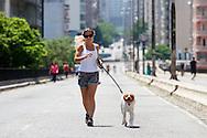 SÃO PAULO - FERIADO EM SÃO PAULO - 20/10/2012 .COTIDIANO -  Paulistanos aproveitam o sol do feriado para passear e praticar esportes pelo Elevado Presidente Costa e Silva (Minhocão), que é uma via expressa elevada da cidade de São Paulo, Brasil, que liga a região da Praça Roosevelt, no centro da cidade ao Largo Padre Péricles, em Perdizes. FOTO: DANIEL GUIMARÃES/FRAME