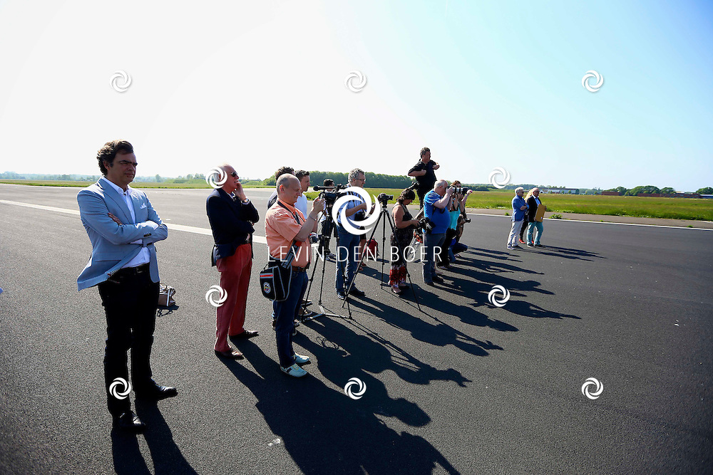 KATWIJK - De 1 miljoenste bezoeker voor Soldaat van Oranje. Met op de foto de aanwezige pers. FOTO LEVIN DEN BOER - PERSFOTO.NU