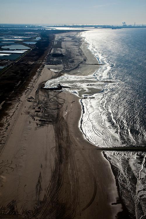 Nederland, Zuid-Holland, Monster, 18-03-2009; Versterking van de kust van Delfland tussen Ter Heijde en 's-Gravenzande door middel van zandsuppletie. Om het zand dat hoog op het strand opgespoten wordt vast te houden, zijn er dammen van zand aangelegd. De Delflandse kust is een van de 'zwakke schakels'. Maasvlakte en ingang nieuwe Waterweg aan de horizon. .Strengthening of the coast of Delfland between Hoek van Holland and The Hague by means of sand-supplementation. Bulldozers have made dams to keep the new sand in place when it is sprayed high on the beach. Maasvlakte entrance Port of Rotterdam / Nieuwe Waterweg at the horizon..Swart collectie, luchtfoto (toeslag); Swart Collection, aerial photo (additional fee required); .foto Siebe Swart / photo Siebe Swart
