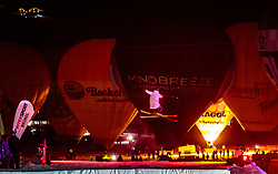 05.02.2018, Lechnerberg, Kaprun, AUT, Nacht der Ballone, im Bild Freestyle Skier vor Heissluftballone // Freestyle Skier perform in front of hot air balloons during the International Balloonalps Week, Lechnerberg, Kaprun, Austria on 2018/02/05. EXPA Pictures © 2018, PhotoCredit: EXPA/ JFK