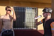 Sebastiaan Bowier en Wil Baselmans praten na afloop van hun trainingsronde. Het Human Power Team Delft en Amsterdam is aangekomen in Battle Mountain en begint met de voorbereidingen. In Battle Mountain (Nevada) wordt ieder jaar de World Human Powered Speed Challenge gehouden. Tijdens deze wedstrijd wordt geprobeerd zo hard mogelijk te fietsen op pure menskracht. Ze halen snelheden tot 133 km/h. De deelnemers bestaan zowel uit teams van universiteiten als uit hobbyisten. Met de gestroomlijnde fietsen willen ze laten zien wat mogelijk is met menskracht. De speciale ligfietsen kunnen gezien worden als de Formule 1 van het fietsen. De kennis die wordt opgedaan wordt ook gebruikt om duurzaam vervoer verder te ontwikkelen.<br /> <br /> The Human Power Team Delft and Amsterdam has arrived in Battle Mountain and is preparing for the races. In Battle Mountain (Nevada) each year the World Human Powered Speed Challenge is held. During this race they try to ride on pure manpower as hard as possible. Speeds up to 133 km/h are reached. The participants consist of both teams from universities and from hobbyists. With the sleek bikes they want to show what is possible with human power. The special recumbent bicycles can be seen as the Formula 1 of the bicycle. The knowledge gained is also used to develop sustainable transport.