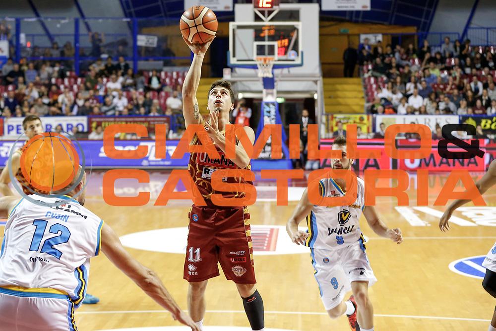 DESCRIZIONE : Venezia Lega A 2015-16 Umana Reyer Venezia - Vanoli Cremona<br /> GIOCATORE : Michele Ruzzier<br /> CATEGORIA : Tiro<br /> SQUADRA : Umana Reyer Venezia - Vanoli Cremona<br /> EVENTO : Campionato Lega A 2015-2016<br /> GARA : Umana Reyer Venezia - Vanoli Cremona<br /> DATA : 25/10/2015<br /> SPORT : Pallacanestro <br /> AUTORE : Agenzia Ciamillo-Castoria/G. Contessa<br /> Galleria : Lega Basket A 2015-2016 <br /> Fotonotizia : Venezia Lega A 2015-16 Umana Reyer Venezia - Vanoli Cremona