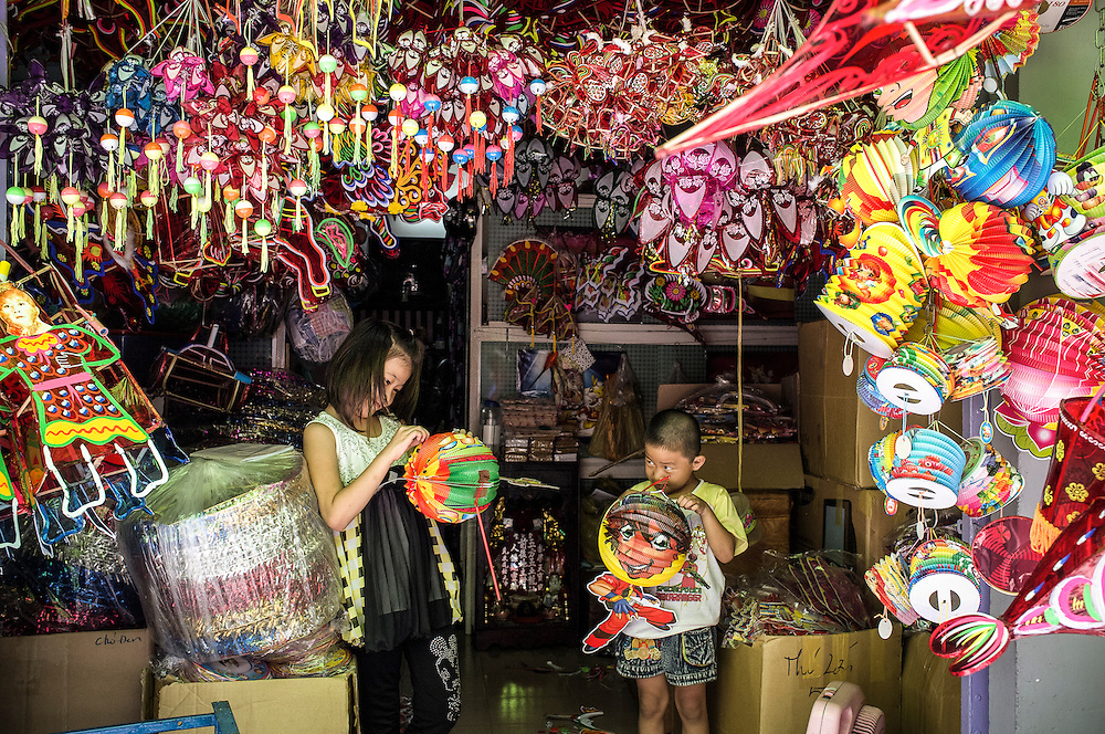 I hope all the children in the world will still continue to enjoy carrying lanterns during the Mid Autumn Festival.