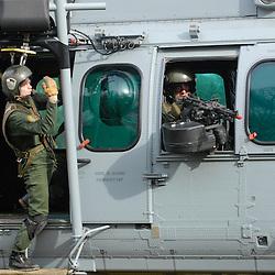 """Intervention des Commandos Parachutistes de l'Air du COS dans le cadre de l'exercice final """"Evacuation d'autorité en situation dégradée"""" du stage TEASS organisé par le GIGN pour les gendarmes mobiles appelés à assurer la sécurité en ambassades."""