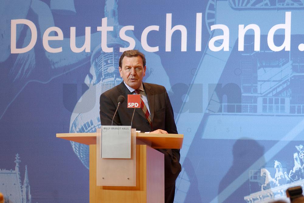 02 DEC 2002, BERLIN/GERMANY:<br /> Gerhard Schroeder, SPD, Bundeskanzler, Pressekonferenz zur vorangegangenen Sitzung des SPD Praesidiums vor dem Schriftzug &quot;Deutschland&quot;, Willy-Brandt-Haus<br /> IMAGE: 20021202-02-012<br /> KEYWORDS: Gerhard Schr&ouml;der