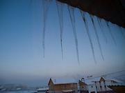 Eiszapfen an einem Haus in einem Aussenbezirk von Jakutsk. Jakutsk hat 236.000 Einwohner (2005) und ist Hauptstadt der Teilrepublik Sacha (auch Jakutien genannt) im F&ouml;derationskreis Russisch-Fernost und liegt am Fluss Lena. Jakutsk ist im Winter eine der k&auml;ltesten Gro&szlig;staedte weltweit mit durchschnittlichen Winter Temperaturen von -40.9 Grad Celsius. Die Stadt ist nicht weit entfernt von Oimjakon, dem K&auml;ltepol der bewohnten Gebiete der Erde.<br /> <br /> Icicle hanging on a house at the periphery of Yakutsk. Yakutsk is a city in the Russian Far East, located about 4 degrees (450 km) below the Arctic Circle. It is the capital of the Sakha (Yakutia) Republic (formerly the Yakut Autonomous Soviet Socialist Republic), Russia and a major port on the Lena River. Yakutsk is one of the coldest cities on earth, with winter temperatures averaging -40.9 degrees Celsius.