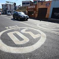 Toluca, México.- En la avenida Lerdo ya se pueden observar señalamientos pintados sobre la calle donde se advierte que se dará prioridad para circular a las bicicletas y la velocidad máxima de circulación para los vehículos es de 30 km por hora, y quien no atienda estas indicaciones pagara una multa de hasta 20 días de salario mínimo,  como parte de la llamada Ecozona de Toluca.  Agencia MVT / Crisanta Espinosa
