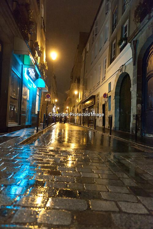 Rue des ecouffes in le marais at night paris /// rue des rosiers sous la pluie la nuit