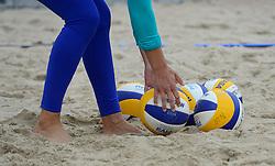 20150618 NED: WK Beach volleybal training op het Spui, Den Haag<br /> De Nederlandse beachers hebben vandaag hun tweede training gehad op de WK trainingsvelden. Op het Spuiplein werden de velden druk bezocht / Misa beach volleybal ballen
