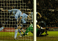 Fotball<br /> England 2004/2005<br /> Foto: SBI/Digitalsport<br /> NORWAY ONLY<br /> <br /> Derby County v Leeds United<br /> Coca Cola Championship. 26/01/2005<br /> <br /> Derby's Tommy Smith (second from R) takes the ball round Leeds' keeper Neil Sullivan to give his team a 1-0 lead.