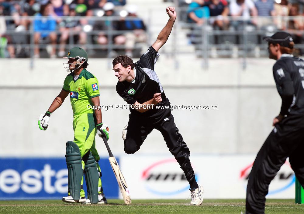 Kyle Mills bowling during the 3rd ODI, Black Caps v Pakistan, One Day International Cricket. AMI Stadium, Christchurch, New Zealand. Saturday 29  January 2011. Photo: Andrew Cornaga/photosport.co.nz