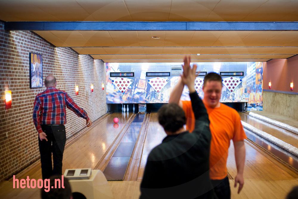 """nederland, deuringen 04april2012 bowlen voor verstandelijk gehandicapten in zaal 'Golbach"""" in deurningen."""