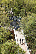 Europa, Deutschland, Nordrhein-Westfalen, Bergisches Land, Waldbroel, Baumwipfelpfad im Naturerlebnispark Panarbora. - <br /> <br /> Europe, Germany, North Rhine-Westphalia, Bergisches Land region, Waldbroel, canopy walk at the nature park Panarbora.