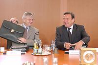 25 JUN 2003, BERLIN/GERMANY:<br /> Joschka Fischer (L), B90/Gruene, Bundesaussenminister, und Gerhard Schroeder (R), SPD, Bundeskanzler, im Gespraech, vor Beginn der Kabinettsitzung, Bundeskanzleramt<br /> IMAGE: 20030625-01-019<br /> KEYWORDS: Kabinett, Sitzung, Gespräch, Aktentasche, freundlich