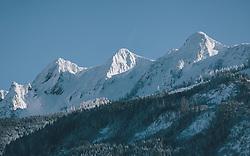 """THEMENBILD - die frisch verschneiten Berge """"die drei Brüder"""" in der Nachmittagssonne, aufgenommen am 06. Februar 2020 in Zell am See, Oesterreich // the freshly snowed-in mountains """"the three brothers"""" in the afternoon sun, in Zell am See, Austria on 2020/02/06. EXPA Pictures © 2020, PhotoCredit: EXPA/Stefanie Oberhauser"""