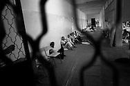 TRIPOLI. UOMINI FERMATI CON L'ACCUSA DI APPARTENERE ALLE FORZE DI RESISTENZA MILITARE DI GHEDDAFI DETENUTI IN UNA SCUOLA CARCERE DI MRAUNA NEL QUARTIERE PERIFERICO DI TRIPOLI;