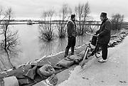 Nederland, Ooij, 06-03-1995Eind januari, begin februari 1995 steeg het water van de Rijn, Maas en Waal tot record hoogte van 16,64 m. bij Lobith. Een evacuatie van 250.000 mensen was noodzakelijk vanwege het gevaar voor dijkdoorbraak en overstroming. op verschillende zwakke punten werd geprobeerd de dijken te versterken met zandzakken. Hier bij Ochten had de landmacht op een kritiek punt in de dijk versterkingen aangebracht die bij het zakkende waterpeil goed te zien waren.Late January, early February 1995 increased the water of the Rhine, Maas and Waal to a record high of 16.64 meters at Lobith. An evacuation of 250,000 people was needed because of flood risk. At several points people tried to reinforce the dikes with sandbags. Foto: Flip Franssen/Hollandse Hoogte
