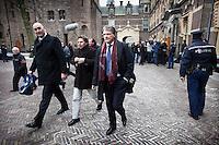 Nederland. Den Haag, 13 januari 2010.<br /> Wouter Bos verlaat het ministerie van Algemene Zaken na overleg met premier Balkenende, daags na de presentatie van het rapport van de commissie Davids. De PvdA is erg ongelukkig met de wijze waarop Balkenende gisteren vragen beantwoordde op de persconferentie. Een breuk in de coalitie dreigt. Coalitie, Balkenende IV, vierde kabinet Balkenende<br /> Foto Martijn Beekman