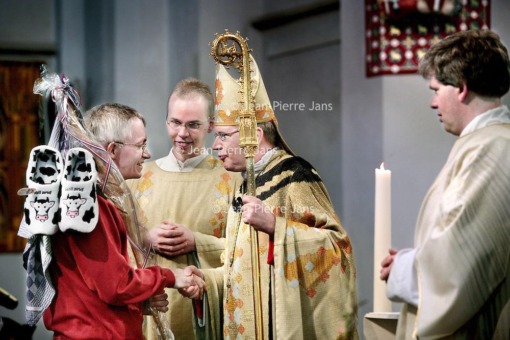 Nederland,Utrecht ,26 januari 2008.. Wim Eijk is officieel tot Aartsbisschop van het Aartsbisdom Utrecht benoemd in de Sint Catharina kathedraal. Na de officiele benoeming werd de nieuwe Aartsbisschop gefeliciteerd door mensen van verschillende plumage.