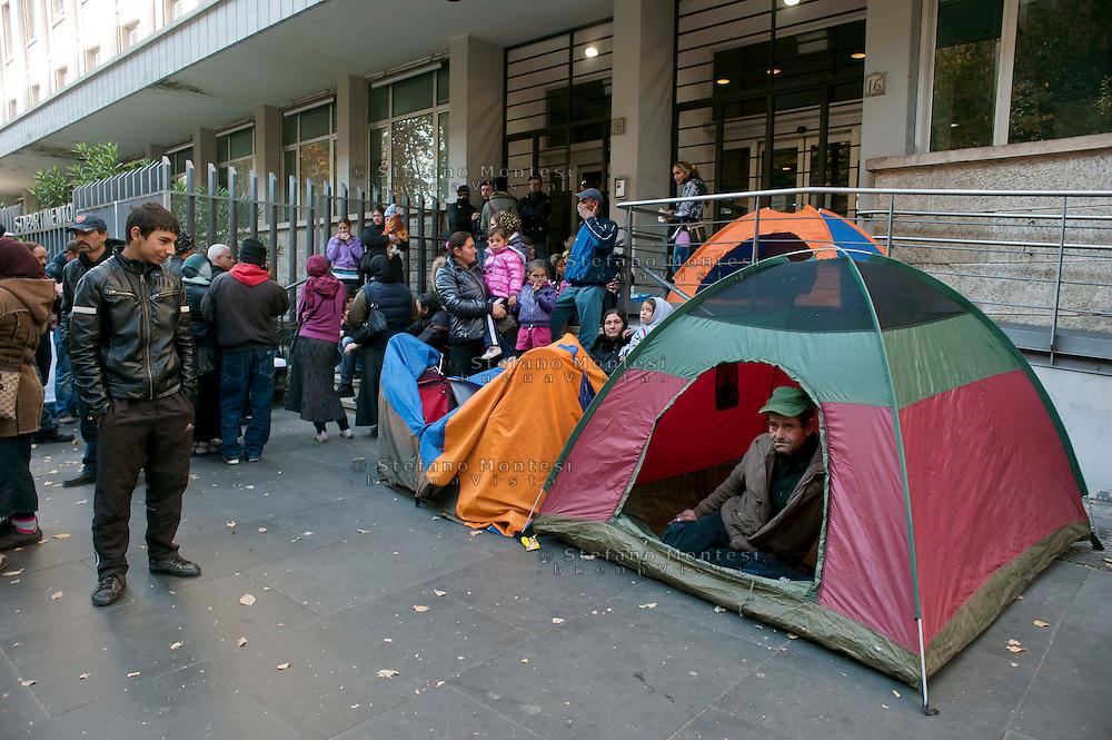 Roma, 18 Novembre 2011.Alcune famiglie di rom romeni, sgomberate negli ultimi mesi da insediamenti abusivi, hanno messo alcune tende davanti al dipartimento politiche sociali del comune per chiedere soluzioni abitative .